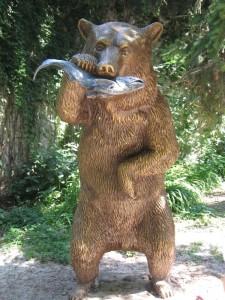 Медведь с рыбой