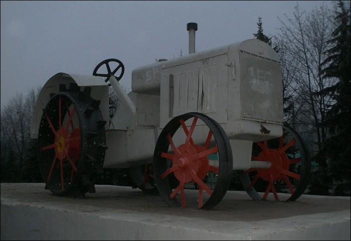 Памятник первому трактору Харьков