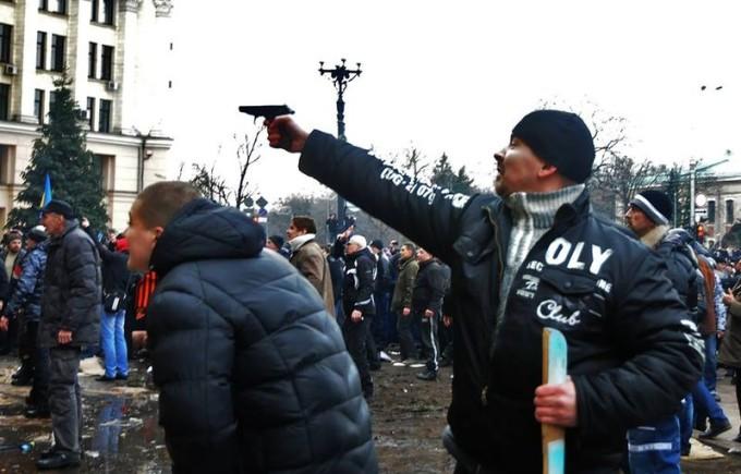 пророссийские боевики в Харькове пистолет в руках