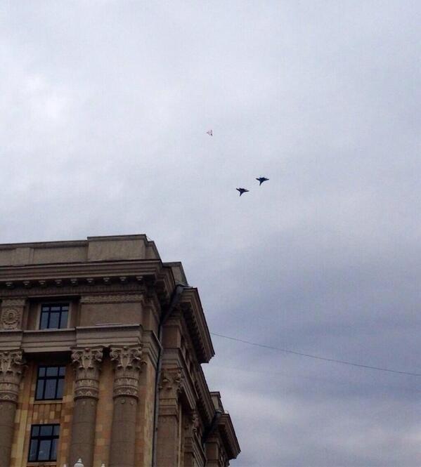 Су-27 над площадью Свободы в Харькове