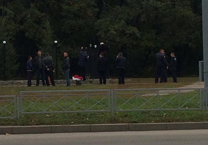милиция и мужчина на заборе