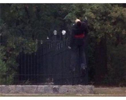 мужчина на заборе