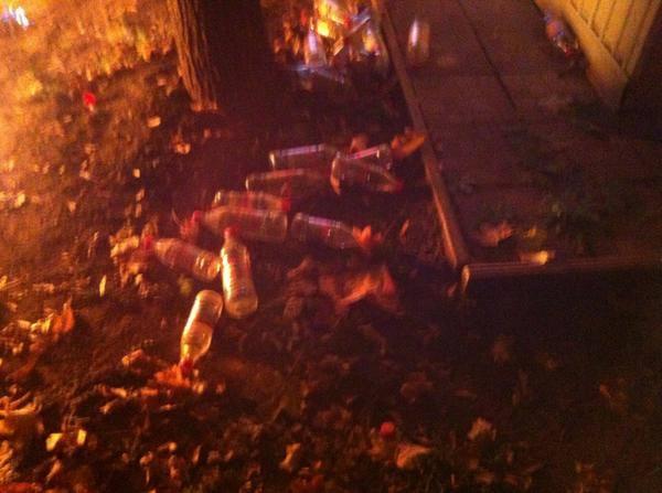 активисты уничтожают киоск со спайсами-01