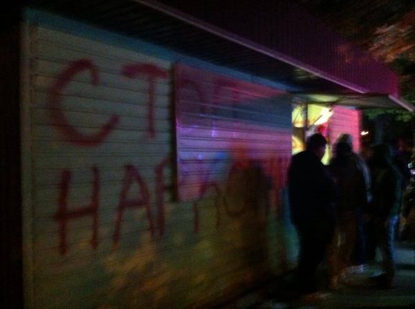 активисты уничтожают киоск со спайсами-03