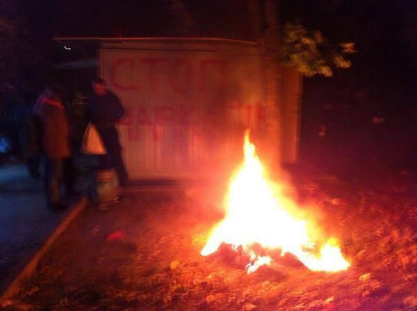 активисты уничтожают киоск со спайсами-05