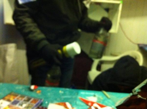 активисты уничтожают киоск со спайсами-06