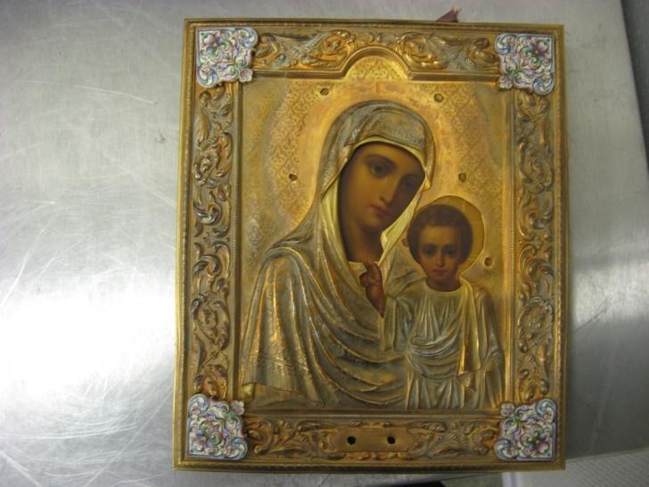 Икона Божьей матери изображенная на дереве с элементами металла желтого цвета, скорее всего бронза.