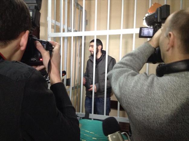 Игнат Кромской в окружении пресс в начале судебного заседания признает факт своего побега