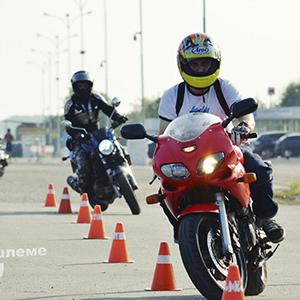 В шлеме, мотошкола