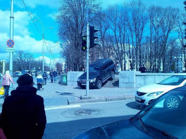 Припаркованный автомобиль на ступеньках в сквер Победы, возле Зеркальной струи. Фото: Анатолий Дмитриев.