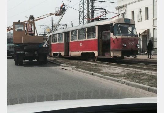 столб_завалился_на_трамвай