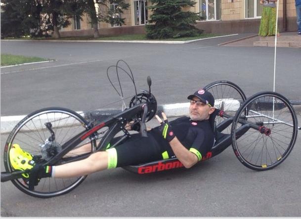 Мэр Харькова на велосипеде для инвалидов