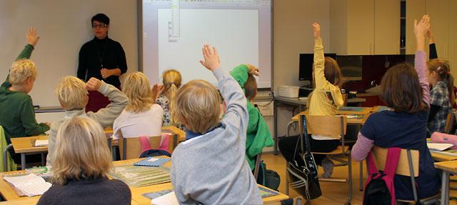 Ученики начальных классов хельсинкской школы Хийденкиви изучают Microsoft Office Word.