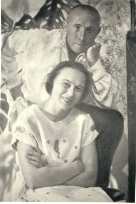 """Иван Днипровский и Мария Пилинская в своей квартире в доме """"Слово""""."""