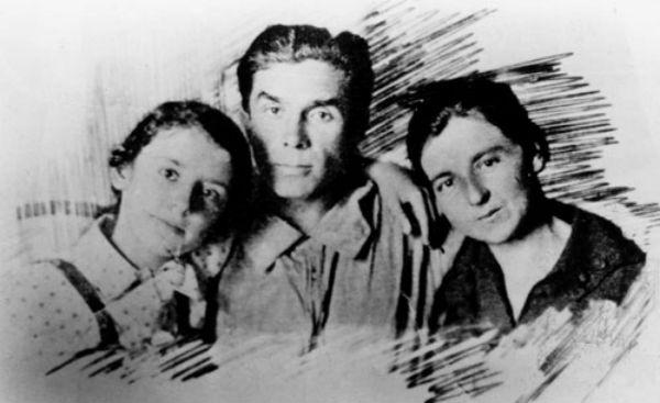Николай Хвылевой с женой и дочерью