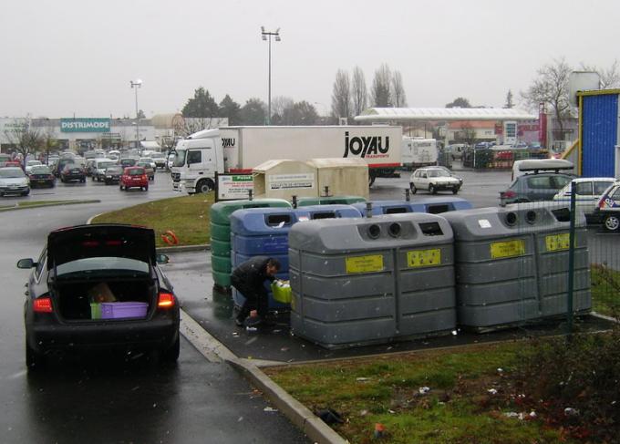"""Француз кропотливо сортирует привезенный мусор на деревенской """"свалке"""".  Фото: Селюнин Сергей."""