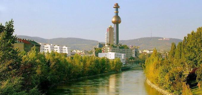 Мусоросжигающий завод в Вене (Австрия), спроектирован архитектором и художником Фриденсрайхом Хундертвассером.