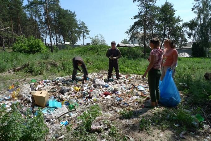 Волонтеры убирают мусор в селе Терновая Харьковской области.
