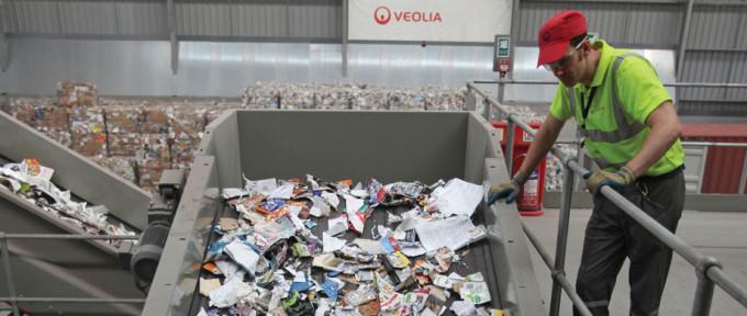 Переработка бумаги на заводах французской корпорации Veolia Environ-mental Services.