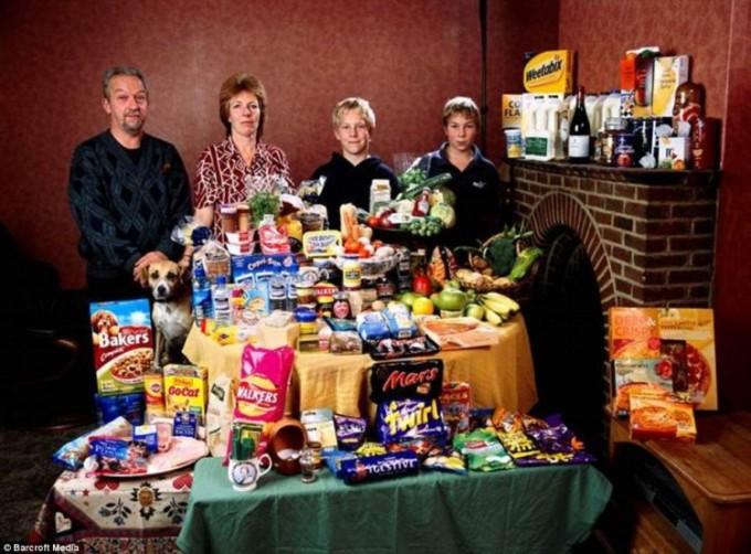 Великобритания: семья из Bainton Cllingbourne Ducis тратит на питание 155 £ (фунтов стерлингов). Фото: Питер Менцель.