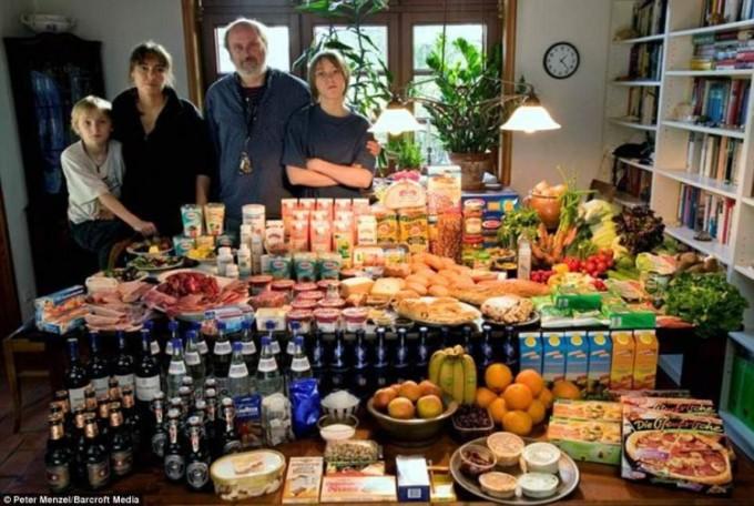 Германия: Среднестатистическая семья из Меландер Баргтехейде, также является рекордсменом покупок, тратя 320 фунтов еженедельно.  Фото: Питер Менцель.