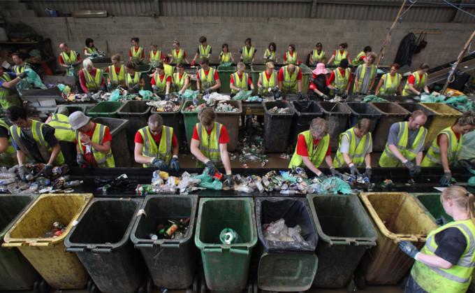 Сортировка отходов в Британии.