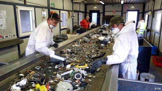 Сортировка мусора на перерабатывающем заводе Германии