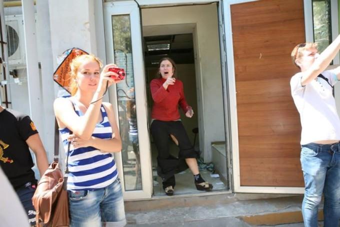 Женщина-реализатор негодует. Фото: Михо Никипелов-Конторович.