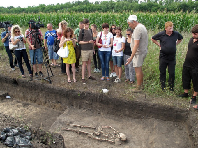 Руководитель экспедиции Михаил Любичев демонстрирует журналистам пример захоронения готов. Фото: Германо-Славянская археологическая экспедиция.