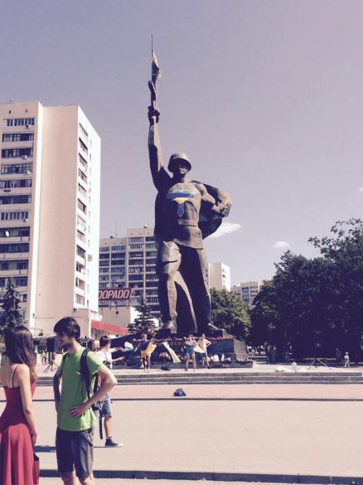 памятник воину-освободителю разрисован