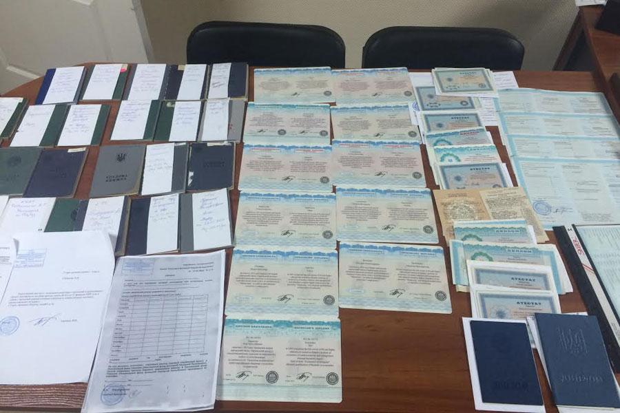 Трудовые книжки дипломы и бланки ДНР харьковчанку задержали с  Фото пресс центр Государственной пограничной службы