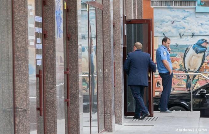 Милиция охраняет вход в бизнес-центр. Фото: IT Sector