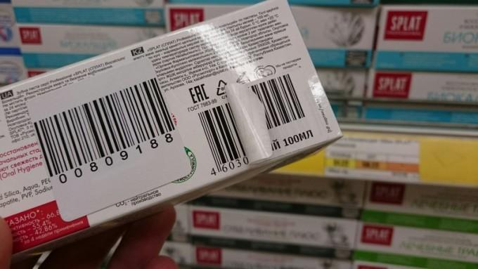 Зубная паста с переклеенным штрих-кодом. Фото из соцсети.