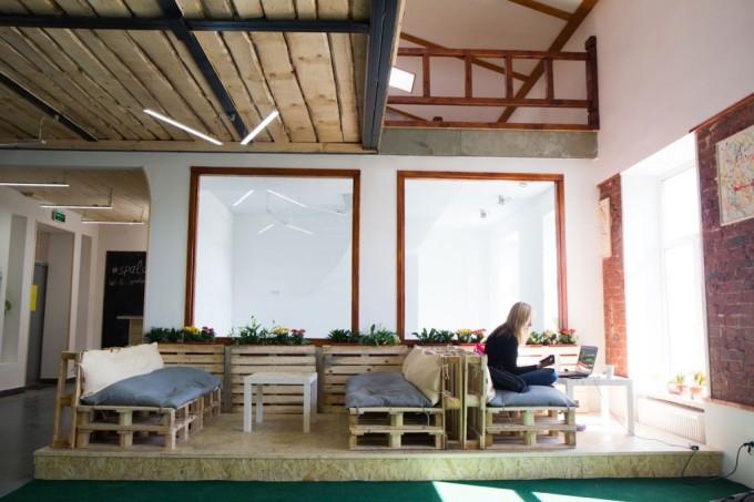 Коворкинг (от англ. Co-working, «совместная работа») - свободное рабочее пространство, «офис» для фрилансеров и творческих людей. На фото: «Spalah».