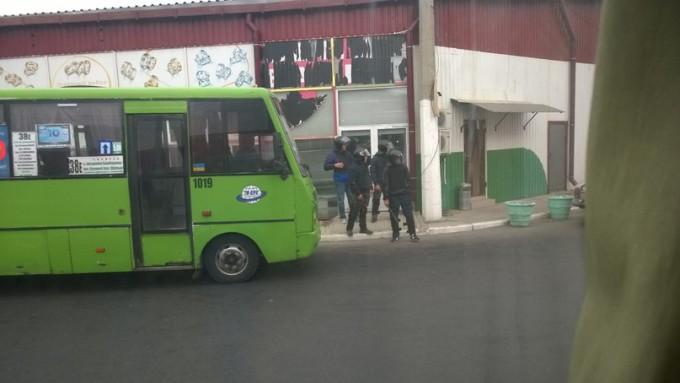 Правоохранительные органы приехали из-за сообщения о захвате рынка, а захвата не было. Фото из соцсети.