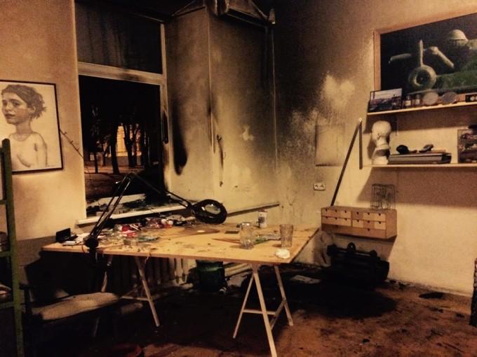 """Двое неизвестных совершили нападение на студию. Один разбил окно кирпичом, а второй швырнул """"коктейль Молотова"""". Фото: «3Z Studio»."""
