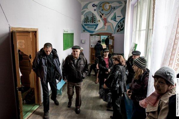 Люди ожидают, когда откроется избирательный участок. Фото: IT Sector.