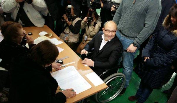Кернес приехал на выборы. Фото: Светлана Федчун