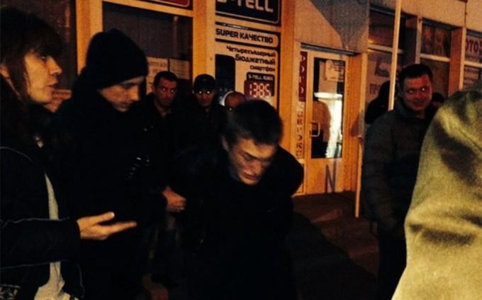 Задержание местными жителями вооруженного мужчины. Фото: Глеб Харьков.