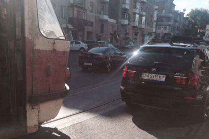 """Автомобиль BMW X5 с номерным знаком """"АА 5535 КТ"""" заблокировал движение трамваев. Фото из соцсети."""