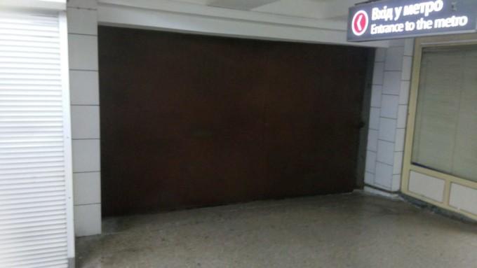 Плотно закрытые металлические ворота одной из пересадочных станций харьковского метрополитена. Фото из соцсети.