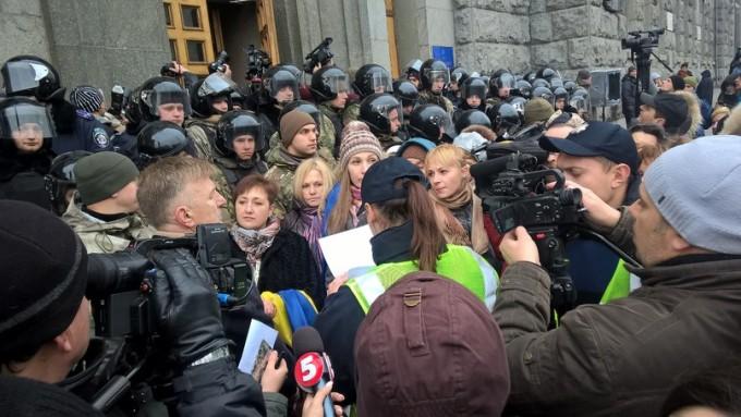 Активистов не пустают в горсовет. Фото «Громадской Варти».