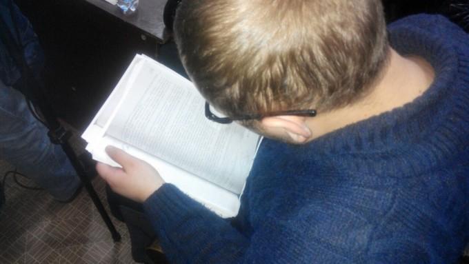 Потерпевший Александр Кутянин просматривает материалы дела. Фото: