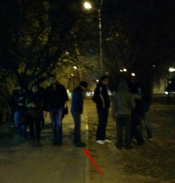 На Алексеевке милиционер (помечен стрелочкой) вместе с тремя помощниками просят у молодых людей удостоверение личности. Автор данного фото сообщил, что ему 28 лет и его отпустили. Фото: vk.com/h_kharkov