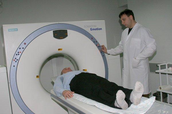 Работа на томографе. Фото: knmu.kharkov.ua