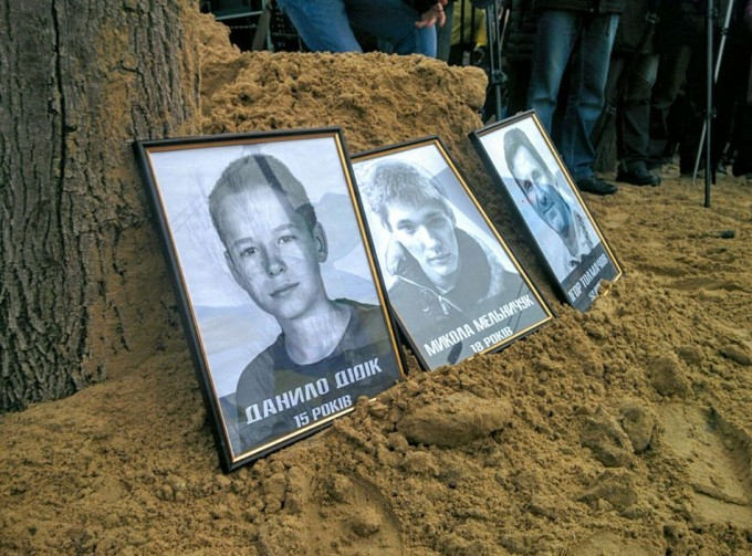 Портреты погибших во время теракта. Фото: IT Sector.