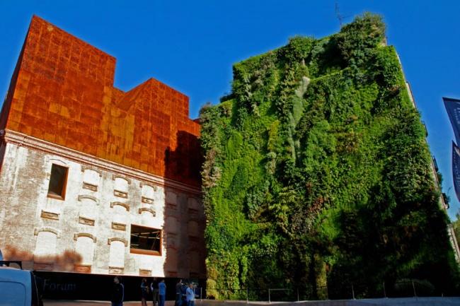 """Культурный центр """"CaixaForum"""" в Мадриде. Работа Патрика Бланка. Фото: www.adme.ru"""