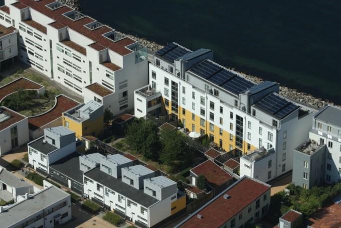 Фотогальванические батареи на крыше здания в городе Мальмо. Фото: buildipedia.com