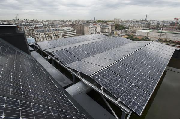 """В парижском квартале Клиши-Батиньоль компания """"Solarvip"""" установила на крышах домов фотогальванические батареи. Городские власти намерены оборудовать парижские здания в общей сложности 200 000 квадратных метров солнечных батарей. Фото: parismamanetmoi.com"""
