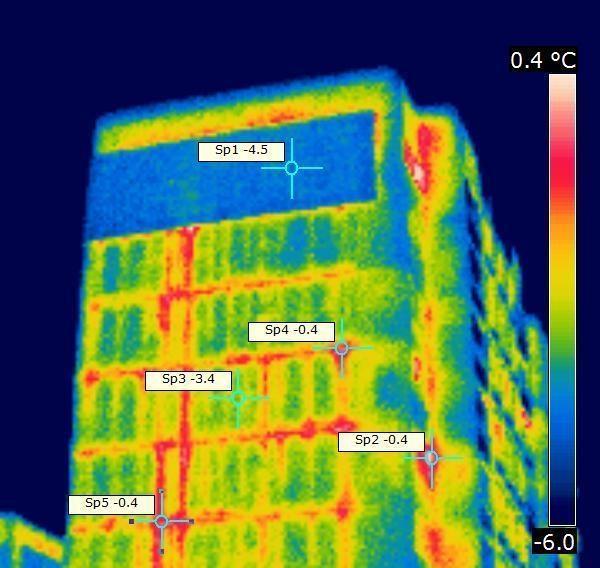 Инфракрасная, или тепловая, съемка панельного жилого дома, на которой показана разница между температурой участков стен без утепления и утепленной стены. На ней видно, как тепло из квартир выходит через стены без утепления. Фото: i.io.ua